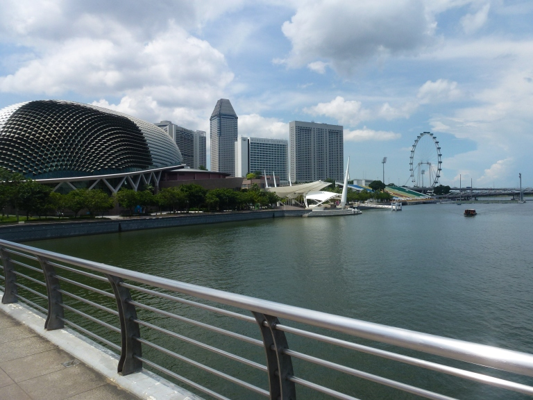 Looking at the Singapore Flyer from Merlion Park