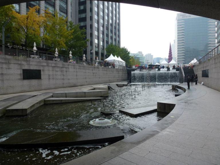 Walking the Cheonggyecheon Stream