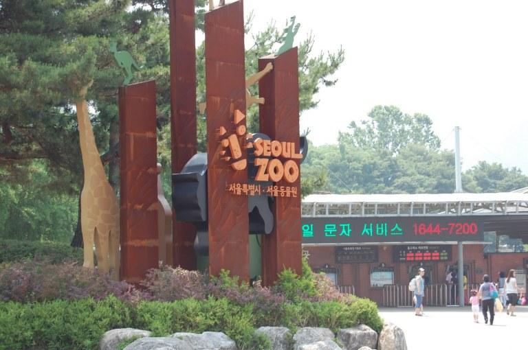 Outside the marvellous Seoul Zoo