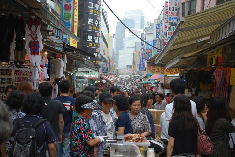 No shortage of shoppers at Namdaemun Market