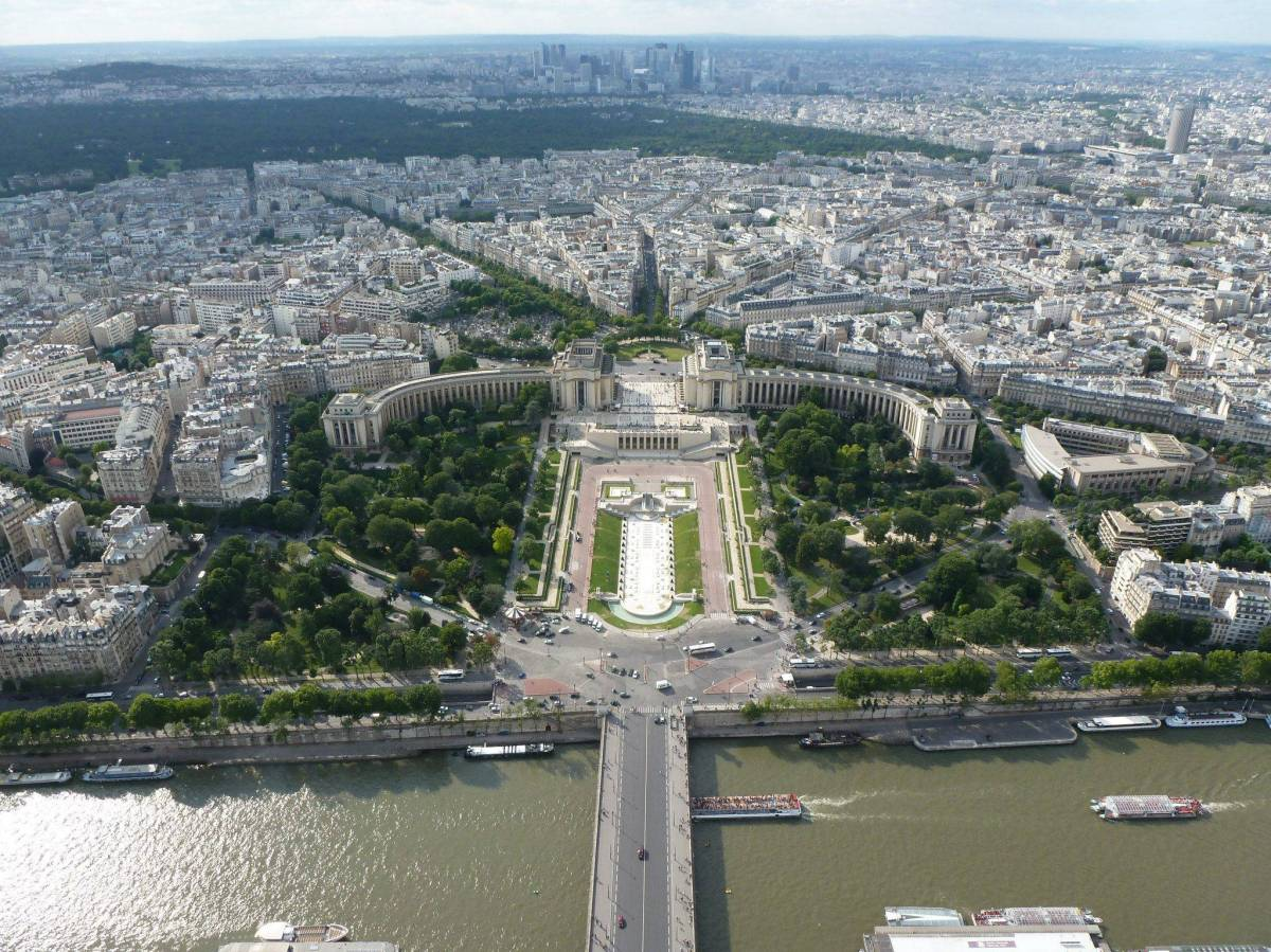 The top 10 attractions in paris backpackerlee for Best view of eiffel tower from hotel room